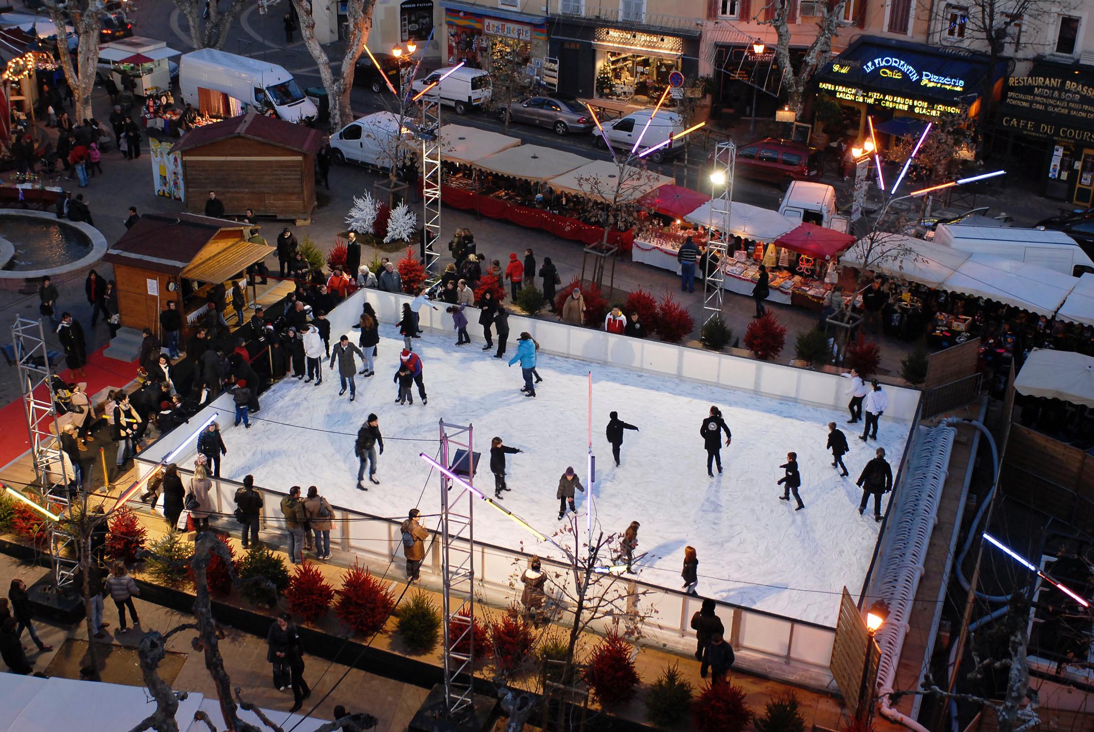 patinoire installée sur le Cours Foch durant les fêtes de Noël