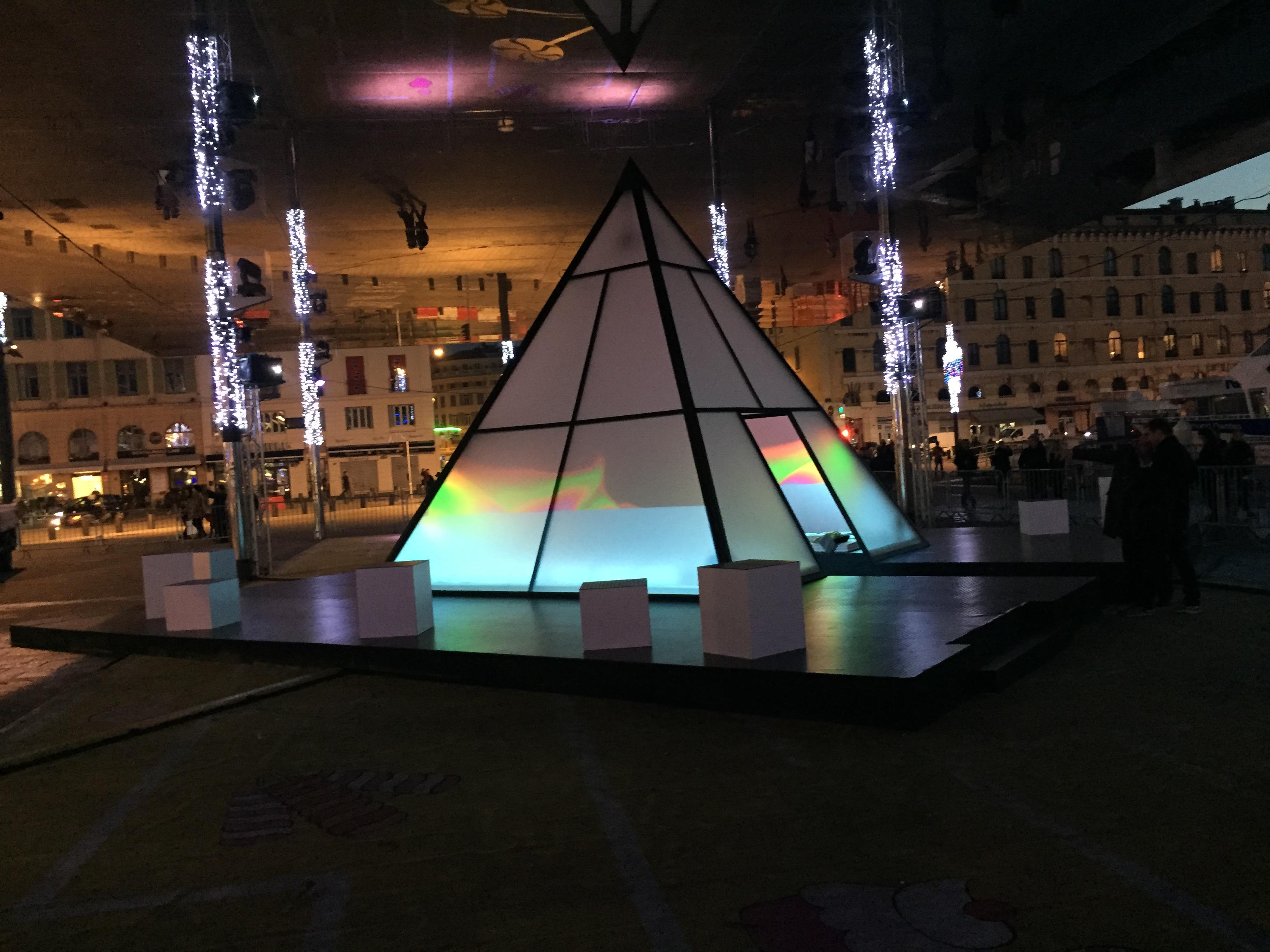 pyramide éclairée à Marseille